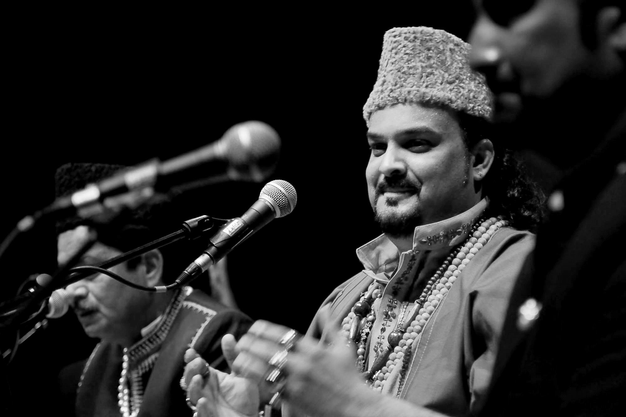 Amjad Sabris son wins hearts with Bhar do Jholi rendition