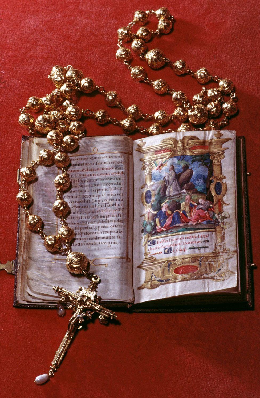Arundel Castle: Mary Queen of Scots beads stolen in raid